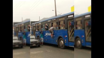 Facebook: Hinchas del Cristal suben a buses azules como pueden