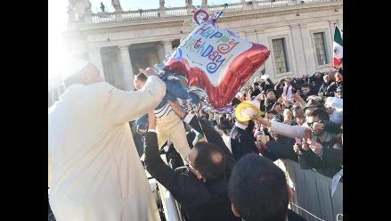 Francisco regaló 400 sacos de dormir a vagabundos por su cumpleaños