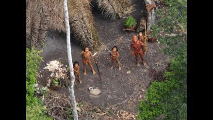 Lanzando flechas cientos de nativos toman población en Madre de Dios