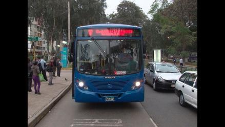 Lince: Choque entre bus del Corredor Azul y auto dejó herido grave
