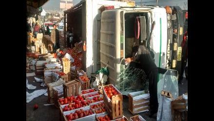 Arequipa: camión cargado de tomate se volcó en Avelino Cáceres