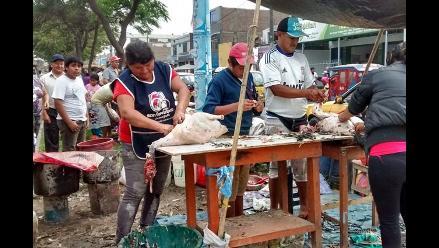 Trujillo: matan y pelan pavos al gusto del cliente en plena vía pública