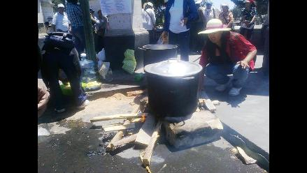Chimbote: trabajadores municipales protestan en casa de saliente alcalde