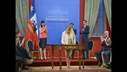 Bachelet firma proyecto que reforma ley laboral dictada por Pinochet