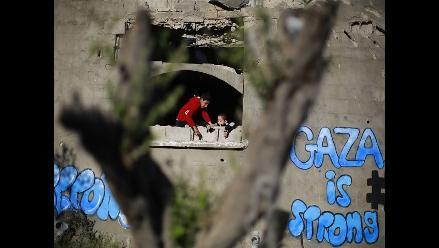 Gaza: Guerra y pobreza empujan a familias a vivir en cementerios