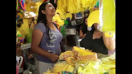 Trujillo: cientos de compradores buscan tradicionales prendas amarillas