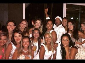 Twitter: Ronaldinho celebra el Año Nuevo rodeado de 13 mujeres