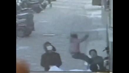 YouTube: Vecinos salvan a una niña que cayó de un cuarto piso en China