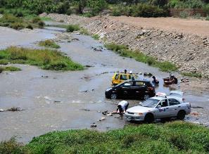 Trujillanos lavan su ropa en el río Moche por desabastecimiento de agua