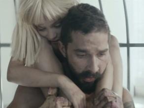 Sia: Shia LaBeouf y Maddie Ziegler conmocionan en videoclip