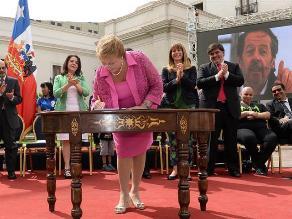 Bachelet firma un proyecto que financia las enfermedades de alto costo