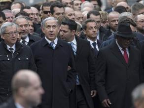 Se mofan de cómo Sarkozy se coló en la foto de la marcha de París