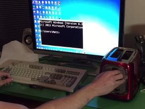 YouTube: Gamer controla su computadora con una tostadora