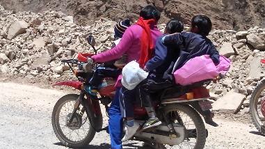 Tacna: Madre de familia expone a hijos en viaje en motocicleta