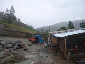 Puno: efectivos policiales auxilian a afectados por fuertes lluvias