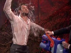 Chris Hemsworth y su sexy baile bajo el agua