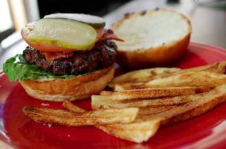 Estados Unidos: multan a hombre por comer hamburguesa mientras conducía
