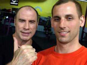 ¿John Travolta es calvo y usa peluca?