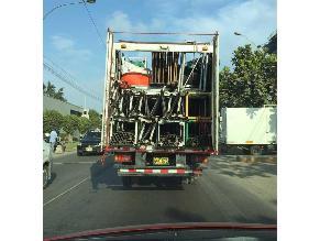 Vehículo transporta excesiva carga con puertas abiertas