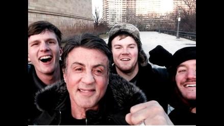 Sylvester Stallone se toma un selfie con fans en el monumento a Rocky