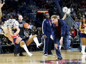 Will Ferrell lanza un pelotazo en la cara a porrista