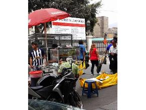Ambulantes informales venden comida en inmediaciones del Congreso