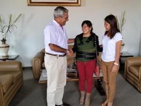 Fiorella Nolasco visita en chaleco antibalas a Elidio Espinoza