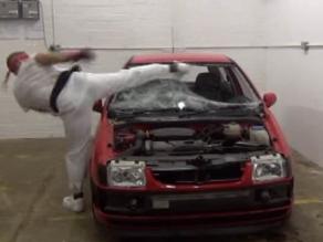 YouTube: Hombre destruye un auto imitando a Ryu de Street Fighter