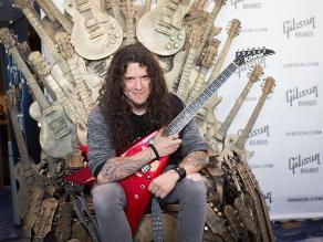 Charlie Parra presentó su propio modelo de guitarra en EE.UU.