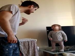 YouTube: tierna 'pelea' entre una niña con su papá