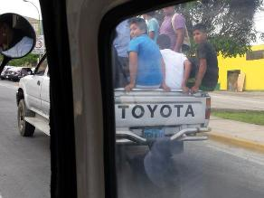 Ventanilla: Pasajeros se transportan en tolva de vehículo