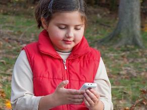 El uso excesivo de dispositivos electrónicos perjudica la salud mental de niños