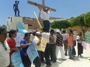 Chiclayo: trabajadores despedidos de azucareras se crucifican en protesta