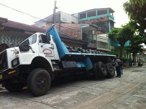 Iquitos: camión con 20 toneladas de maíz se hundió en vía pública