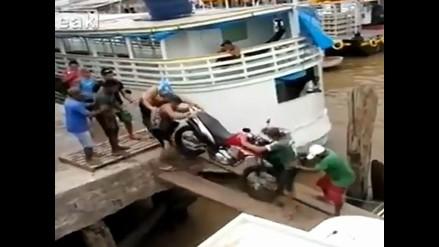 YouTube: intentaban pasar una moto por puente pero todo acabó mal