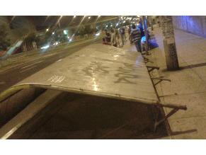 Cae paradero de buses deteriorado en el Cercado de Lima