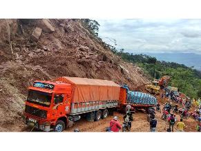 Transportistas varados por derrumbes en el oriente peruano