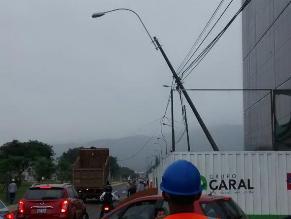 La Molina: Poste en la Av. Javier Prado a punto de colapsar