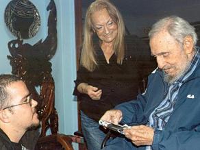 Fidel Castro reaparece, publican fotografías de reciente reunión
