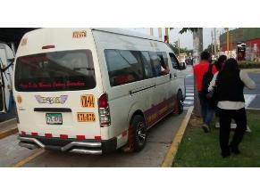 Combi invade vereda poniendo en peligro a peatones