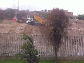 Desconocidos botan camionadas de desmonte en rio Rímac