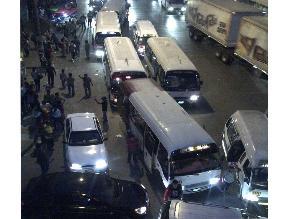 Combis generan congestión vehicular en puente Santa Anita