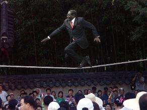 Presidente de Zimbabue es blanco de una