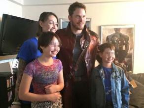 Chris Pratt visita a niños con cáncer vestido como Star Lord