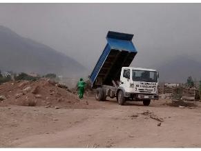 Chaclacayo: camión municipal descarga basura en rio Rímac