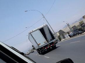 Camión con la puerta rota circula por SMP