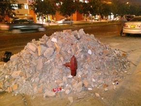 Los Olivos: Bloquean grifo de bomberos con desmonte