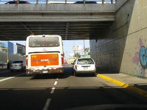 Bus de transporte público no respeta reglas de tránsito