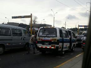Combi es reabastecida de combustible en plena avenida