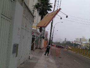 Magdalena del Mar: panel cae y se sostiene por cables